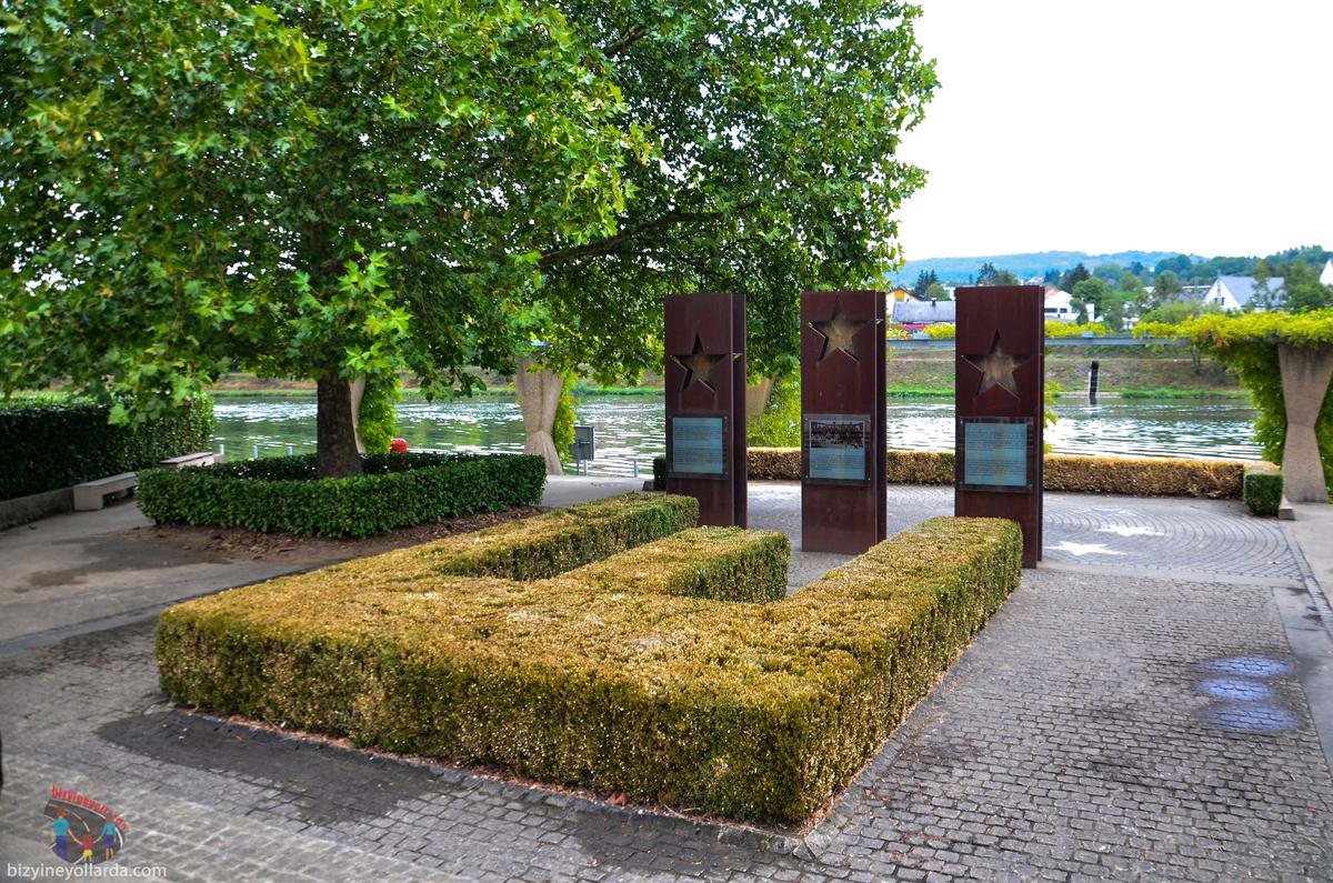 Şengen Yıldızları Anıtı Üçlü