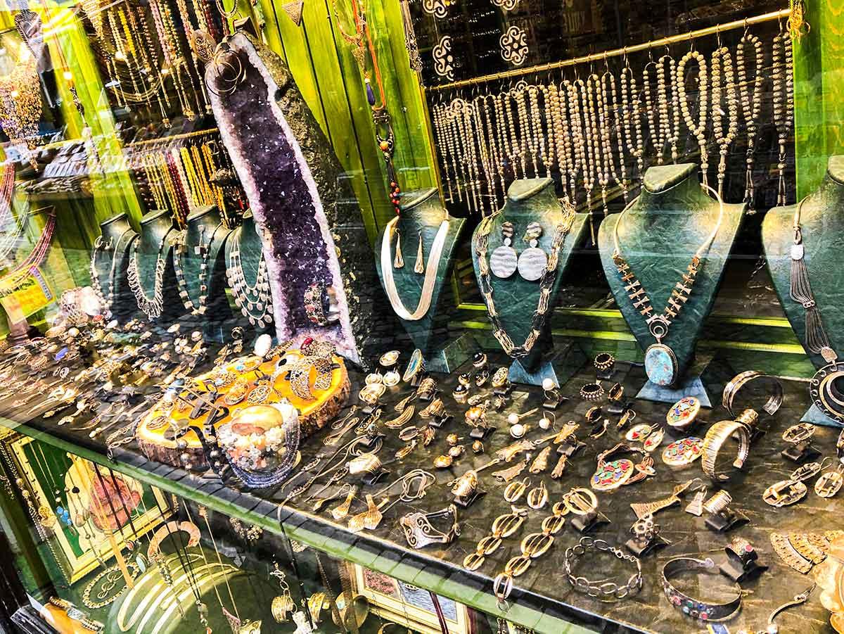 Gümüş kolye ve taş satan mağaza vitrini